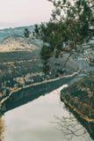 Lit de la rivière vu de ci-dessus un jour nuageux Photo stock