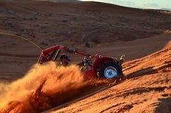 Lit de lancement de sable d'homme par la dernière lumière Images stock