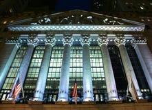 Lit de New York Stock Exchange para arriba en la noche Imágenes de archivo libres de regalías