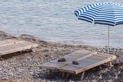Lit de planche sur un Pebble Beach Photos libres de droits