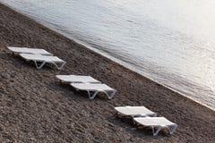 Lit de planche sur un Pebble Beach Image stock
