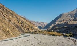 Lit de rivière au loin et presque sec Images libres de droits