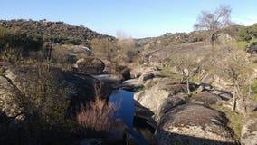 Lit de rivière dans les roches Images libres de droits