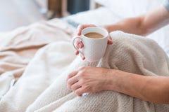 Lit de tasse d'homme de boissons de sillage de latte de matin photos stock