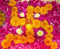 Lit diya auf einem hinduistischen mit Blumenmuster stockbild