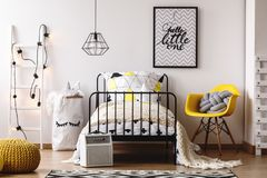 Lit du ` s d'enfant avec la couverture beige photos stock
