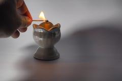 Lit en brand på stearinljuskoppen Royaltyfri Bild