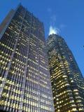 Lit encima de rascacielos en la oscuridad Fotos de archivo libres de regalías