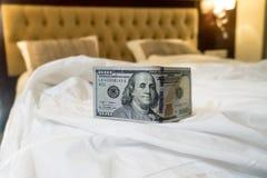 lit et argent pour symboliser le coût du sexe Photo stock