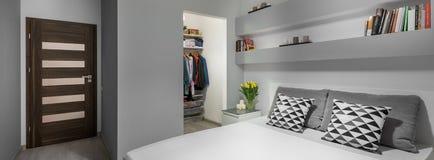 Lit et garde-robe dans la chambre à coucher photographie stock