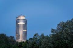 Lit-Geschäftsturm am See Woehrder sehen in Nürnberg während Lizenzfreie Stockfotografie