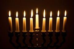 Lit hanukkah menorah op zwarte Stock Afbeelding
