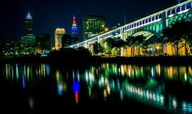 Lit herauf Skyline von Cleveland Ohio lizenzfreie stockbilder