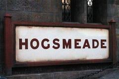 Lit Hogsmeade подписывает внутри вечер стоковая фотография