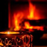 Lit-kaars met omhoog in brand gestoken open haard royalty-vrije stock afbeeldingen
