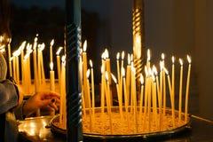 Lit-kaarsen in kandelaar bij kerk royalty-vrije stock fotografie