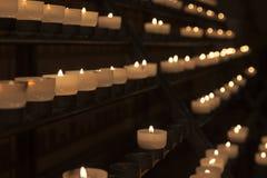 Lit-kaarsen in kerk Stock Fotografie