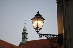 Lit-lantaarn en kerkspits, Oude Stad, Zagreb, Kroatië stock afbeelding