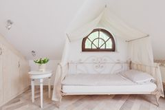 Lit élégant dans la chambre à coucher romantique Photo libre de droits