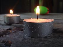 Lit ligero de las velas del té con descensos del rocío en lados Foto de archivo libre de regalías