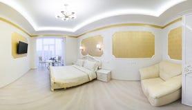 Lit luxueux avec le coussin dans l'intérieur royal de chambre à coucher image libre de droits
