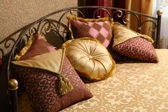 Lit magnifique avec des oreillers image libre de droits