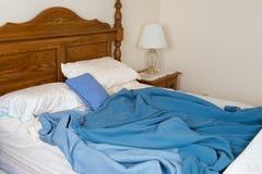Lit malpropre qui n'est pas encore fait, chambre à coucher à la maison image libre de droits