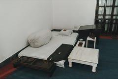 lit-matelas dans l'ascétique d'ermite de chambre Conditions de vie pauvres pauvreté image stock