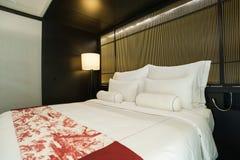 Lit meublé moderne d'hôtel image stock