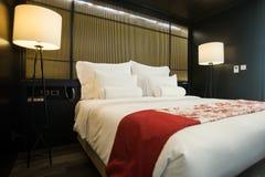Lit meublé moderne d'hôtel photos stock