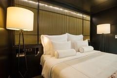 Lit meublé moderne d'hôtel photo libre de droits