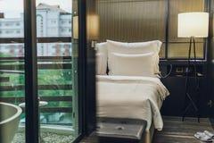 Lit meublé moderne d'hôtel image libre de droits
