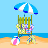 Lit pliant de vacances de plage d'été avec la boule Flip Flops Sand Tropical Travel de parapluie Images libres de droits