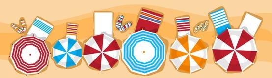 Lit pliant de vacances de plage d'été avec la vue d'angle supérieur tropicale de bannière de sable de parapluie Image stock