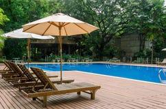 Lit pliant près d'une piscine Image libre de droits