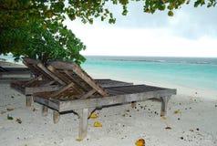 Lit pliant sur la plage maldivienne Photographie stock libre de droits