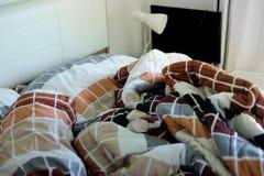 Lit qui n'est pas encore fait après s'être réveillé pendant le matin Photo libre de droits