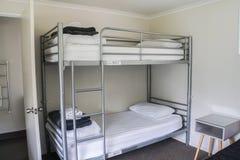 Lit superposé simple blanc dans le dortoir images libres de droits