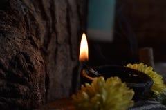 Lit sur un éclairage avec des fleurs images stock
