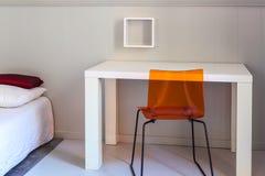 Lit, table et chaise, scène en appartements image stock