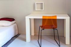 Lit, table et chaise, scène en appartements photo libre de droits