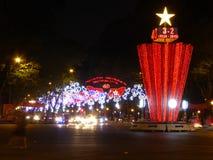 Lit vers le haut des rues à Ho Chi Minh Ville pendant les vacances de nouvelle année Photos libres de droits