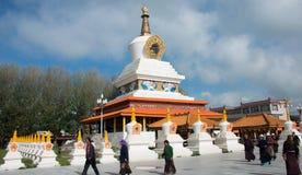 LITANG, CHINA - 17 Juli 2014: Wit pagodepark beroemde landmar Stock Fotografie