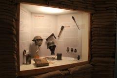 Litanzeige von den Kriegszeitartefakten umgeben durch Sandsäcke, Militärmuseum, Saratoga Springs, New York, 2016 lizenzfreie stockbilder