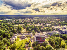 Litauen baltiska stater: antennUAV-sikt av Druskininkai, en brunnsortstad på den Nemunas floden Royaltyfria Bilder