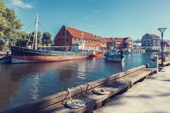 LITAUEN KLAIPEDA - JULI 20, 2016: fartyg på danskfloden Royaltyfri Foto