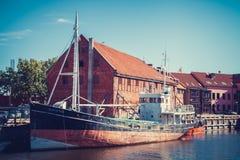 LITAUEN KLAIPEDA - JULI 20, 2016: fartyg på danskfloden i oldto Arkivfoton
