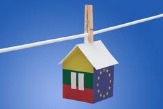 Litauen, Litauer und EU-Flagge auf Papierhaus Stockfoto