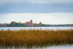 Litauen Trakai 2017 10 19 Galve sjön och Trakai rockerar på bakgrunden Den Trakai slotten är gotisk stil och nu historiska Li Arkivfoton