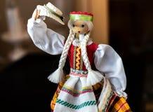 Litauische Puppe im traditionellen Kostüm lizenzfreies stockfoto